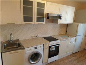 Прямая кухня со стиральной машиной.