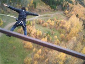 На фото мой муж. Прыжок с моста.