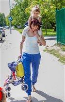 Сумка, дочка и коляска - всё своё ношу с собой))