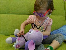 Маша играет в доктора с любимой игрушкой