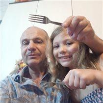 Я с дочкой и с вилками