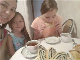 Утреннее чаепитие. Старшая не вытерпела)))