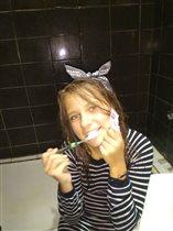 Чистим зубки. Дочка любит зубную пасту Салат.