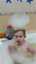 Любит сама чистить зубы!