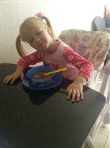 Виолетта с тарелкой