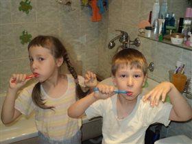 Наши детки чистят зубки)