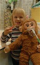 Виолетта любит чистить не только свои зубки)