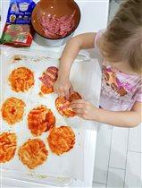 Юный кулинар готовит мини-пиццу