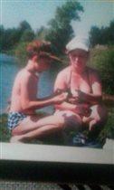 Мама с сыном играют в камушки