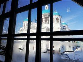 Вид на реставрируемый монастырь