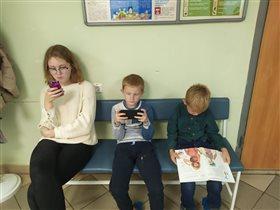Читаем везде , даже в очереди в больницу..