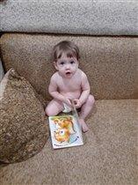 Читай-агент Даша любит рассматривать картинки