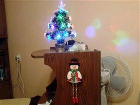 Просто снеговик с елочкой