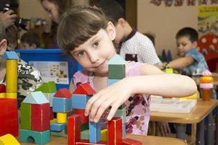 Алинка конструирует в детском саду.