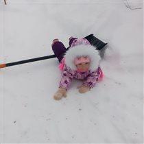 Чистим снег, как можем)