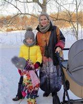 Мария Порошина на прогулке с месячным сыном и дочками: 'У меня такое же пальто!'