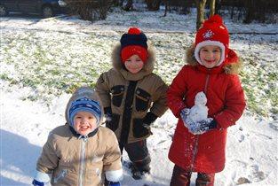 Первый снег и первый снеговик!