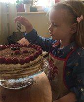 Двухлетняя дочь Сергея Безрукова печёт торт для папы