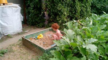 Песочница от любимого деда, любимое место на даче.
