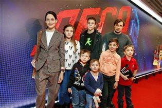 Евгений Цыганов с детьми и Юлией Снигирь на премьере