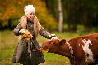 Маме с папой помогу - я теленка накормлю