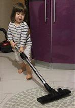 Маленькая любительница чистоты и порядка
