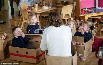 Детям в саду заменили игрушки на кастрюли, коробки и сломанную технику