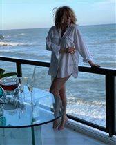 Алёна Апина в одной рубашке 'после бурной ночи' и в свадебной фате