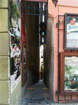 Самая узкая улочка Праги, ширина которой всего 70.