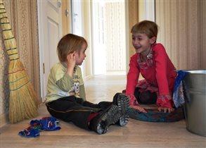 Маленькие хозяйки новой квартиры наводят чистоту