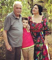 Анна Нетребко c папой и сыном: фото в родном саду