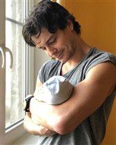 Максим Матвеев: фото с новорожденным сыном - 'На папу не налюбоваться!'