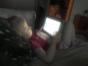 Лиска смотрит мультик на ночь