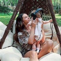 Певица Нюша: редкое фото с 7-месячной дочерью и детьми мужа от первого брака