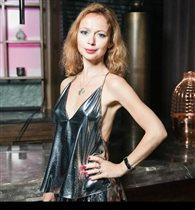 Елена Захарова изумила откровенным нарядом с глубоким декольте