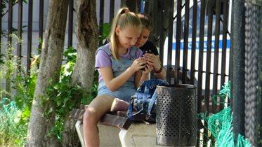 Девочки с смартфоном