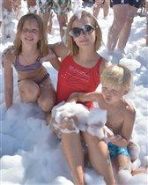 Юлия Пересильд с дочками: 'Где здесь мама? Вижу трёх детей!'