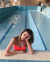 Саша Савельева: фото в купальнике в пустом бассейне