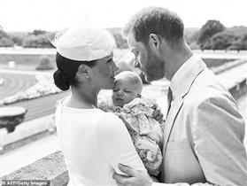 Гарри и Меган: первое фото сына с крестин - чем недовольны англичане