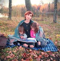 Собравшись вместе на природе,мы читаем книги.