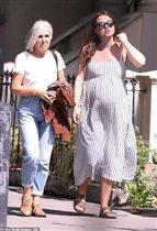 Кира Найтли с мужем и мамой накануне вторых родов