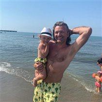 Дмитрий Маликов с сыном общается с поклонниками: 'Я далеко, а с женой тебе жить'