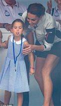 Принцесса Шарлотта показала публике язык, а Кейт Миддлтон - роскошные ноги