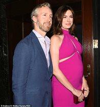 Энн Хэтэуэй - первый выход во вторую беременность