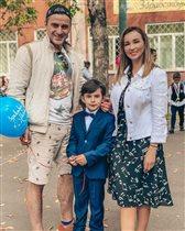 Анфиса Чехова с мужем и сыном на линейке: 'Папу переоденьте, не на пляж пришёл!'