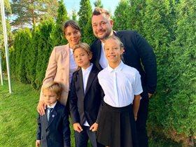 Сергей Жуков с женой и 3 детьми: 'Всех с началом мучений!'