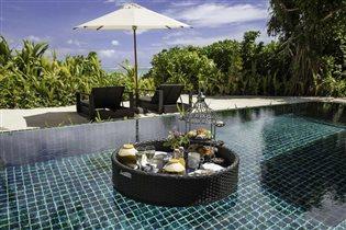 Мальдивы: завтрак в бассейне от Outrigger Konotta Maldives Resort