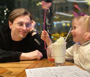 Сергей Безруков с 4-летней дочкой за коктейлями: 'А где маска?'