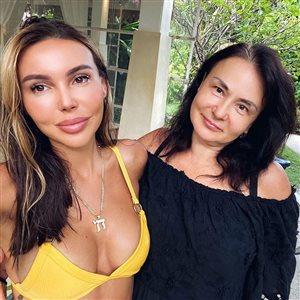 Оксана Самойлова на Мальдивах готовится к 50-летию мамы: 'Красивая, только брови странные немножко'