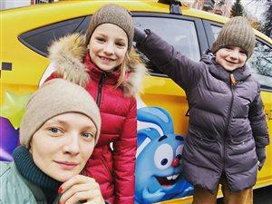 Екатерина Вилкова с сыном Петром и дочкой Павлой: 'Ну все на одно лицо - красивые)'